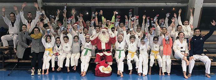 Le Père Noël fait une visite surprise à l'école Thanh-Long